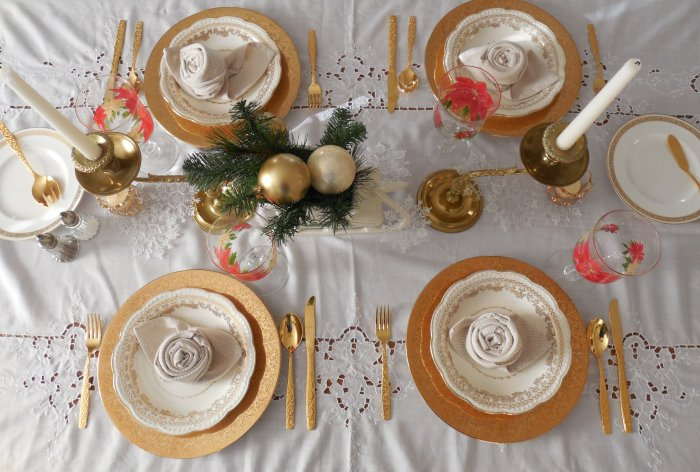 Golden Christmas table | Vintage Floral Cottage