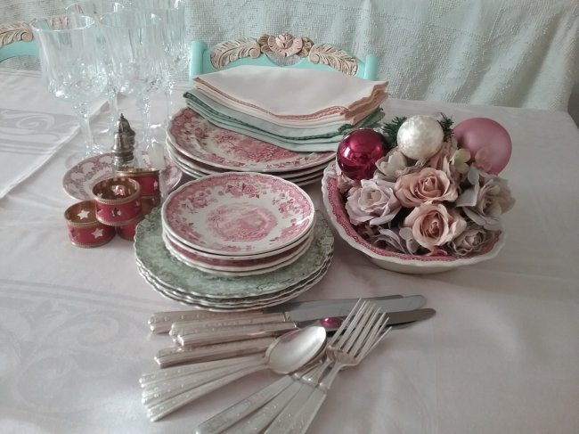 Red and green transferware tablescape | Vintage Floral Cottage